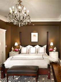 Chambre de style très empire, mélange blanc et chocolat, l'agencement des coussins donne de la profondeur, de la douceur à ces coloris contrastés.