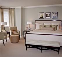 Malgré la prédominance du blanc sur ces deux photos, vous pouvez constater que les ambiances créées à partir de cette «non» couleur sont totalement différentes. Chaque chambre garde sont style propre et dégage une personnalité différente. La couleur, le volume et la disposition du mobilier renforcent ou adoucissent cette prédominance.