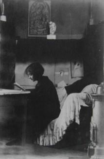 Marthe Donas dans son atelier de la rue du Départ en 1921.