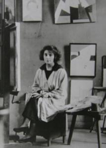 Marthe Donas dans son atelier à Paris au 26, rue du Départ.  Montparnasse, 1919.