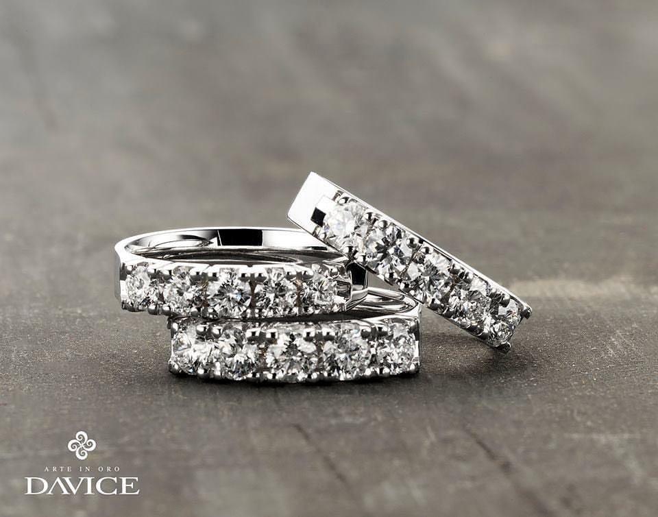 Alliances brillants et bracelets tennis by Davice: l'or ciselé sous chaque pierre, tel un miroir, sublime les feux du diamant.