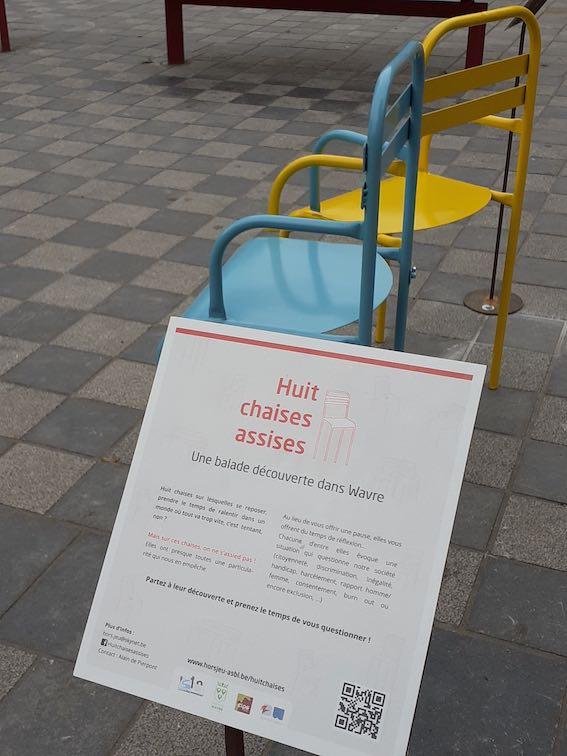 La Ville de Wavre accueille une exposition inédite en centre-ville : Huit chaises assises.
