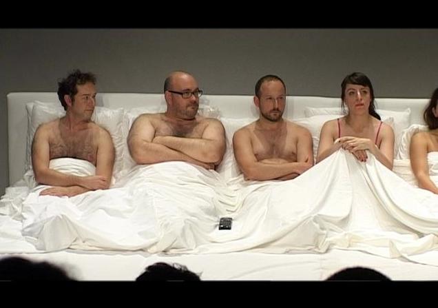 Un lit géant, sept comédiens et du théâtre : L'un d'entre nous. (Video)